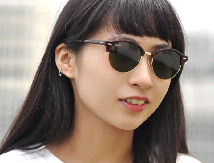 レイバンのサングラスをかけた女性