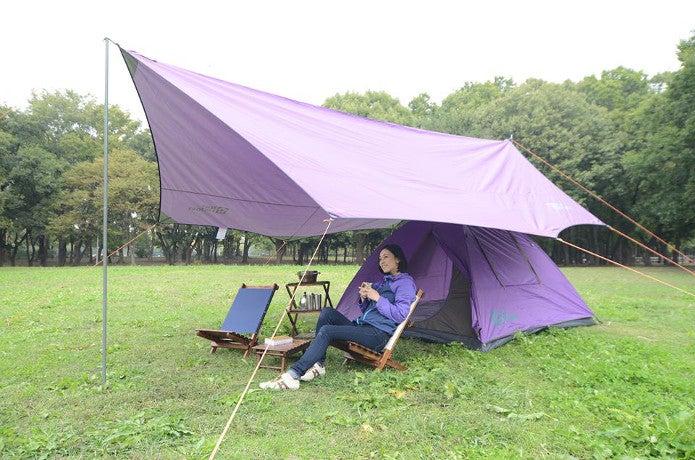 テントファクトリーでキャンプをする男性
