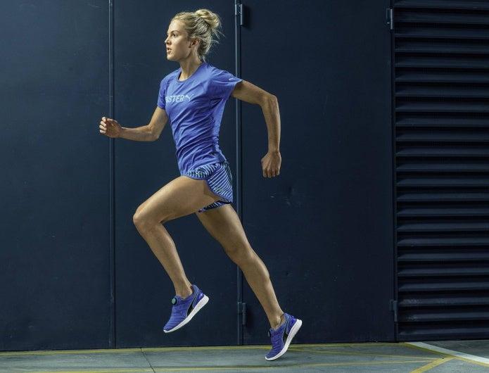 プーマのランニングシューズを履いて走る女性