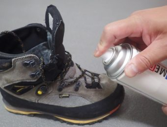 防水スプレーを登山靴にかける