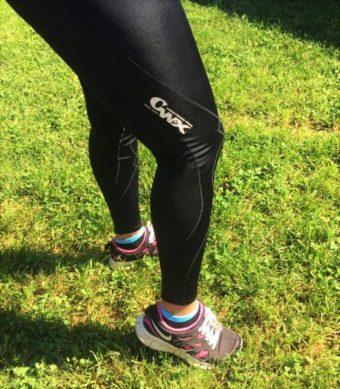 スポーツタイツをはいた女性の足