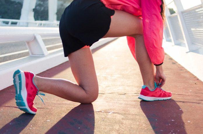 靴紐を結んでいる女性