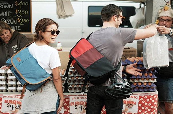 ティンバック2のメッセンジャーバッグを持つ男女