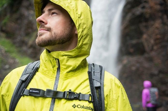 コロンビアのレインジャケットを着た男性