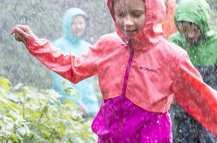 コロンビアのレインジャケットを着た子供