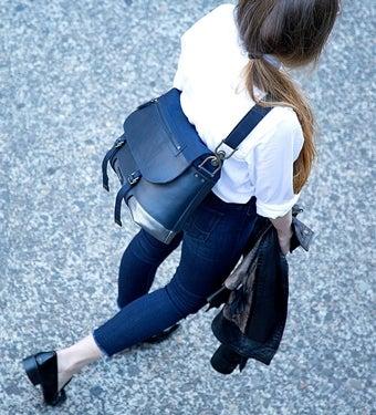 ティンバック2のメッセンジャーバッグを持った女性