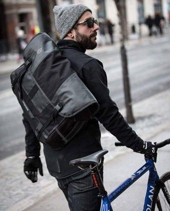 メッセンジャーバッグを背負う男性