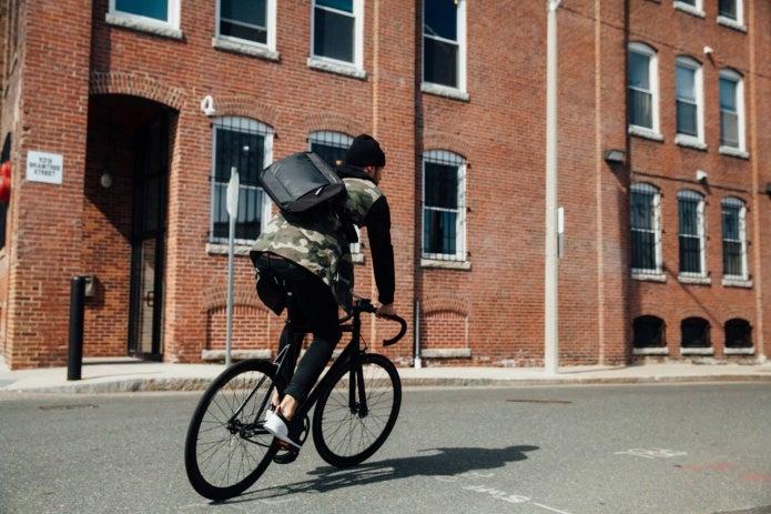 ティンバック2のメッセンジャーを背負って自転車に乗る男性