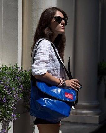 マンハッタンポーテージのメッセンジャーバッグを持った女性