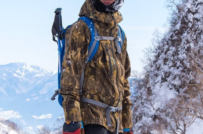 雪山でコロンビアのジャケットを着た男性