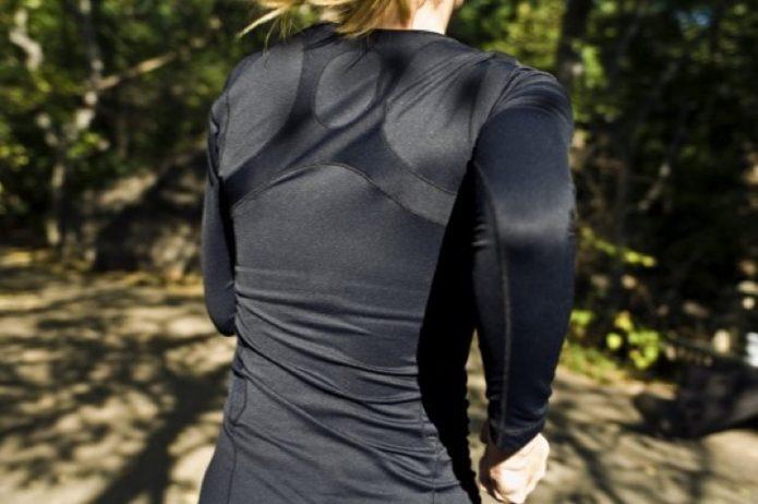 走っている女性の背中