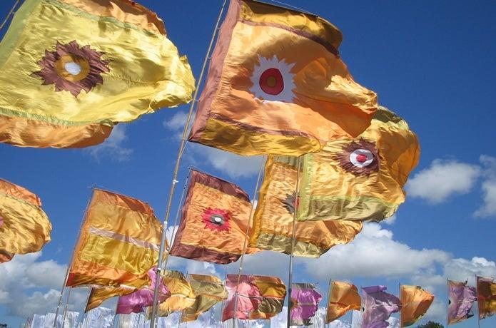 風になびく旗