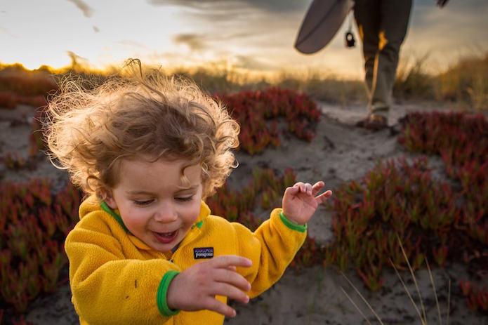 パタゴニアの黄色いフリースを着て走る子ども