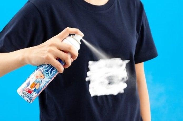 冷却スプレーでTシャツを冷やしている人