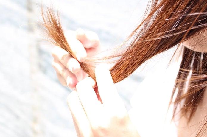 髪をいじる女性