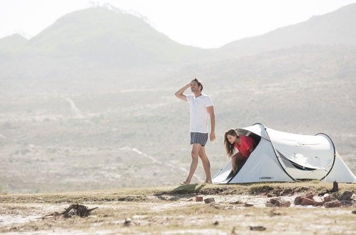 ケシュアのテントを使う男女
