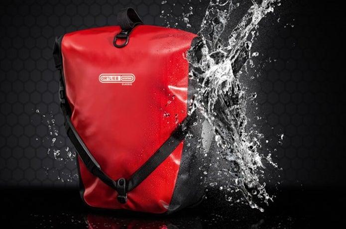 水に濡れているメッセンジャーバッグ