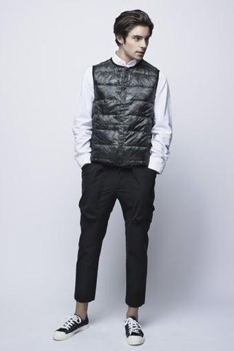 ブレスサーモのダウンを着た男性