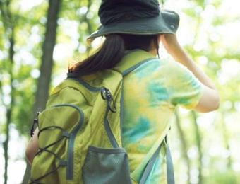 登山用帽子をかぶった女性
