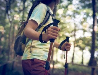 トレッキングポールを持つ女性