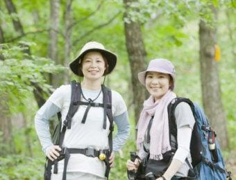 夏の低山登山を楽しむ女性