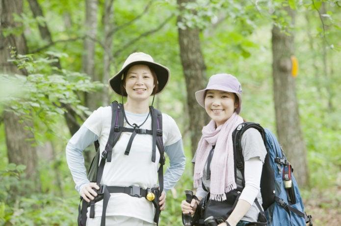 夏の低山の登山を楽しむ女性