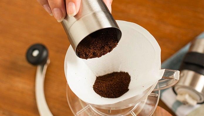 おすすめのコーヒーミルで豆を挽いているところ
