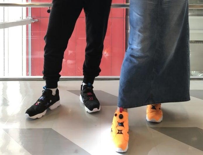 黒のポンプフューリーを履いている男性とオレンジのポンプフューリーを履いている女性