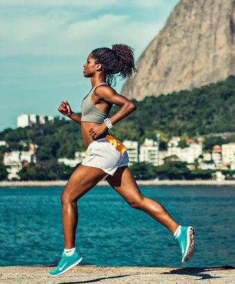 ブルーのランニングシューズで走る女性