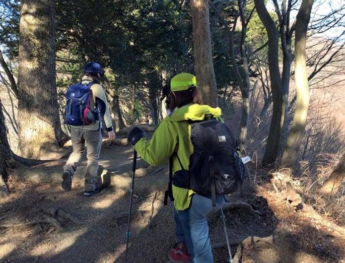 カリマーのUVカット帽子をかぶって登山する人
