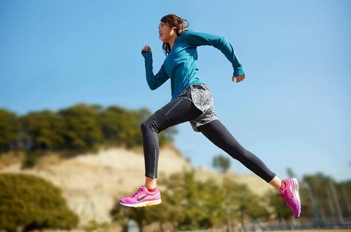 ナイキのランニングシューズで走る女性