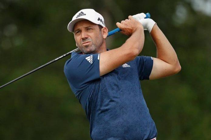 アディダスのキャップをかぶってゴルフをする男性