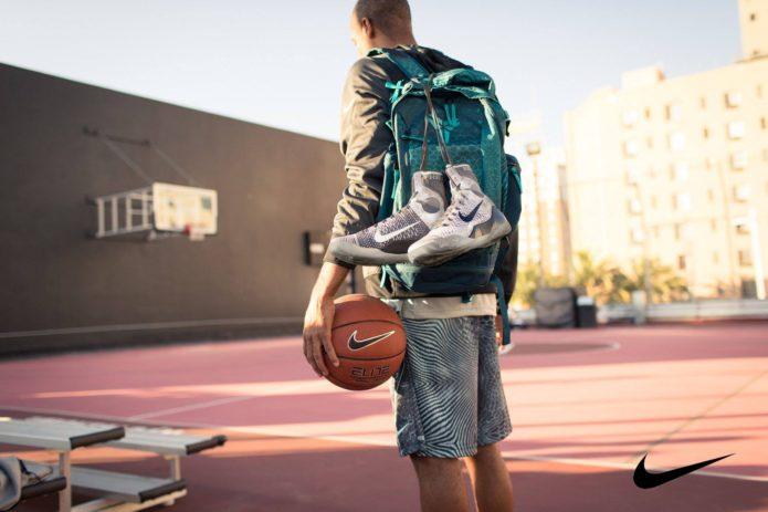 ナイキのバックパックを背負っている男性