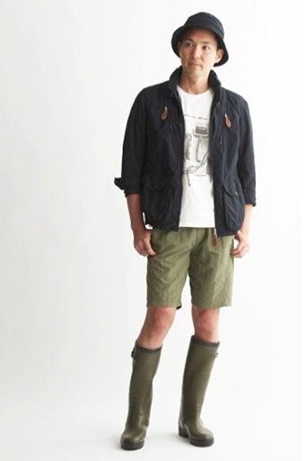 エーグルのレインブーツを履いた男性の画像