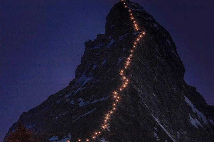 ヘルンリ尾根ルートでマッターホルンに登る人々