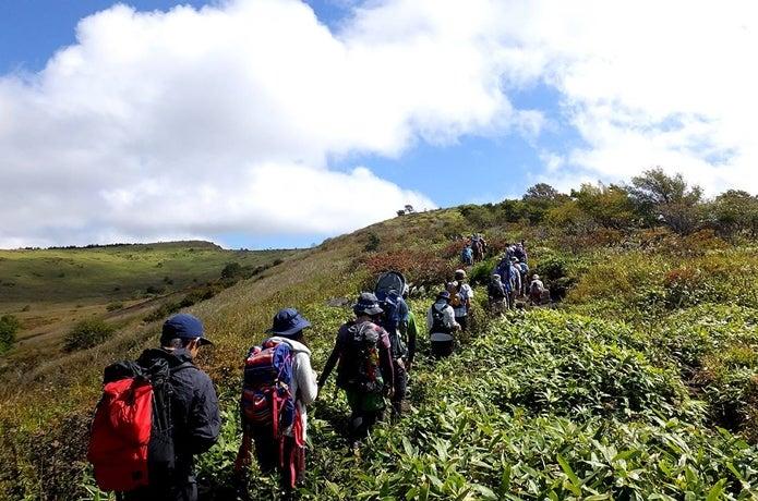 霧ヶ峰の車山登山をする人たち