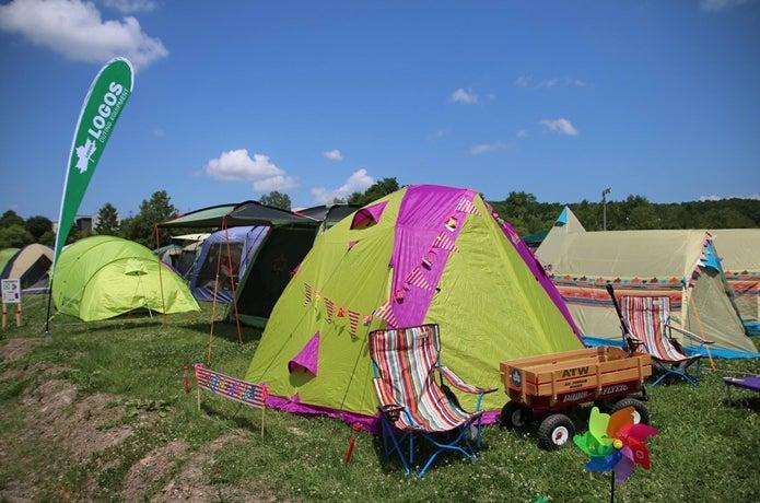 ロゴスのテントでキャンプしている画像