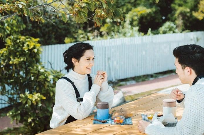 サーモスのスープジャーで外で食事をしている画像