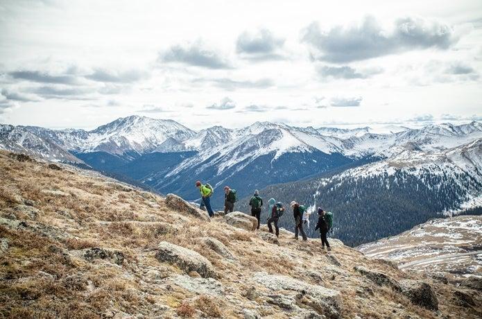 登山をする女性グループ