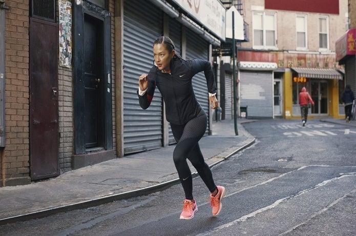 ピンクのランニングシューズで走る女性