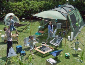 ロゴスのテントを使用する家族