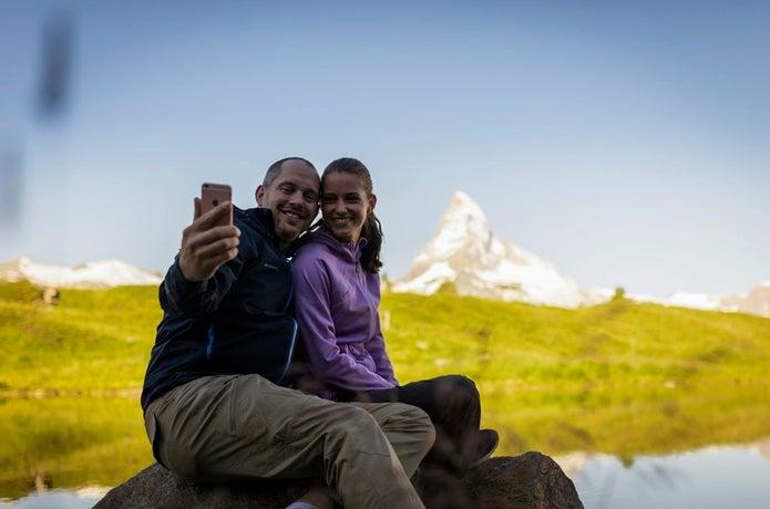 マッターホルンを背に写真を撮る男女
