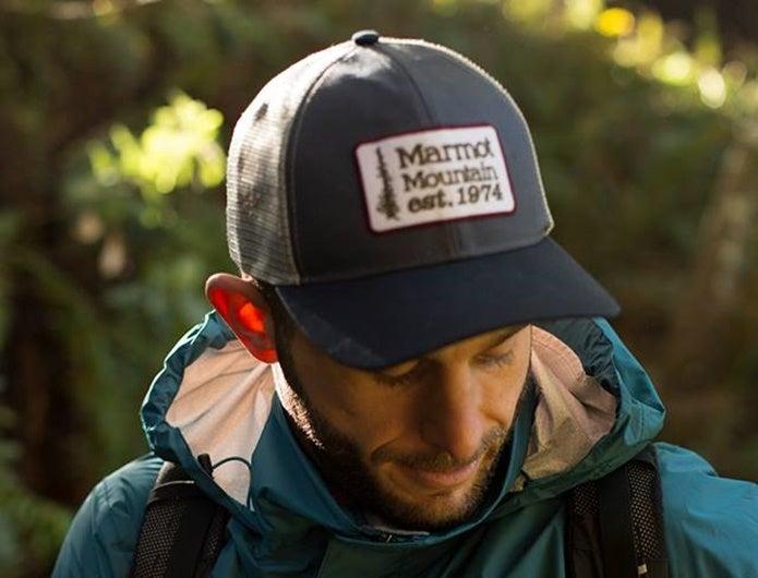マーモットのUVカット帽子をかぶった男性