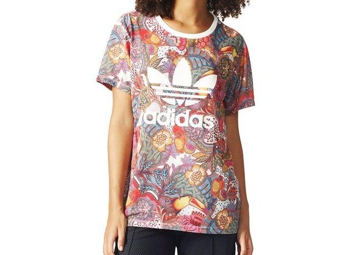 アディダスの柄Tシャツを着ている女性