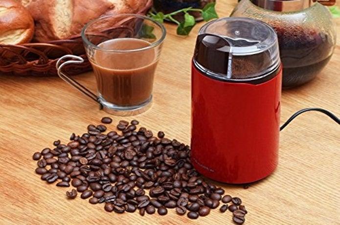 電動コーヒーミルとコーヒー豆の画像