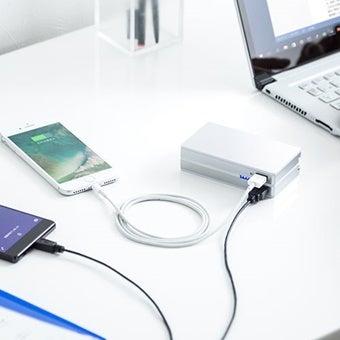 大容量モバイルバッテリーで充電している様子