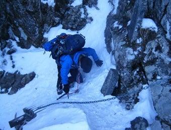 冬の黒戸尾根を登る男性
