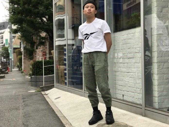 黒のポンプフューリーを履いている男性