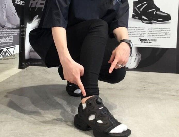 黒のポンプフューリーサンダルを履いている女性