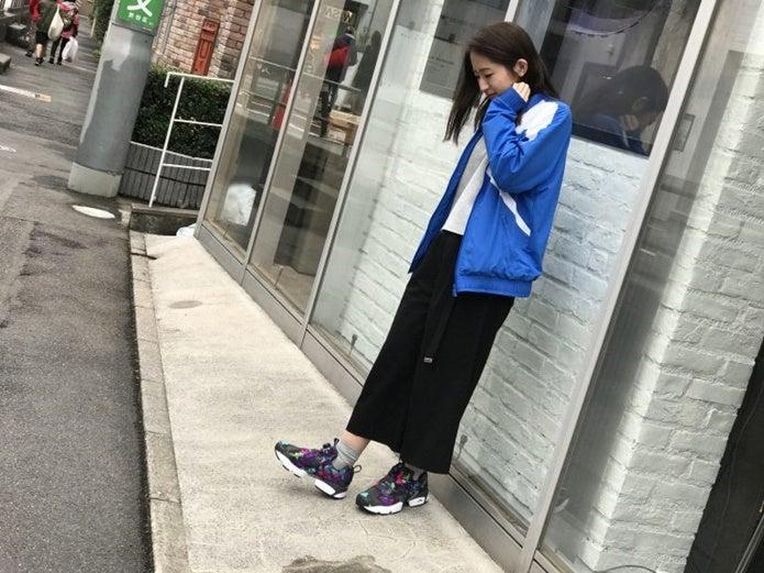 黒のポンプフューリーを履いている女性